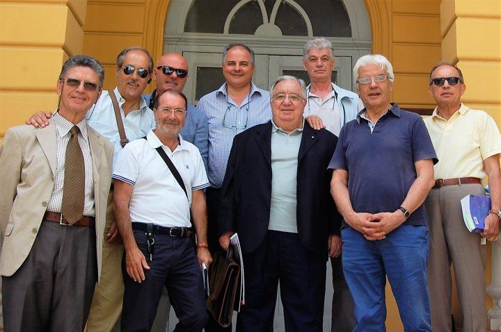 quelli che sono rimasti dell'assemblea programmatica sulle scale delle sede di Villa Vitrone