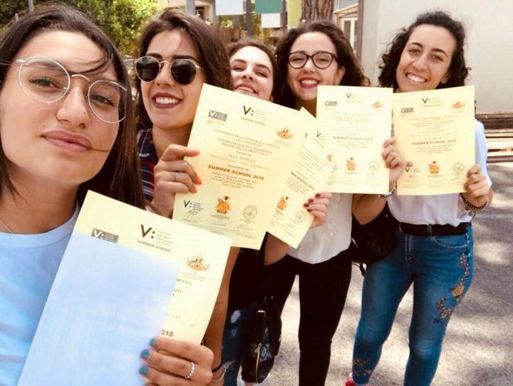 selfie delle studentesse del liceo di Teano con l'attestato di partecipazione