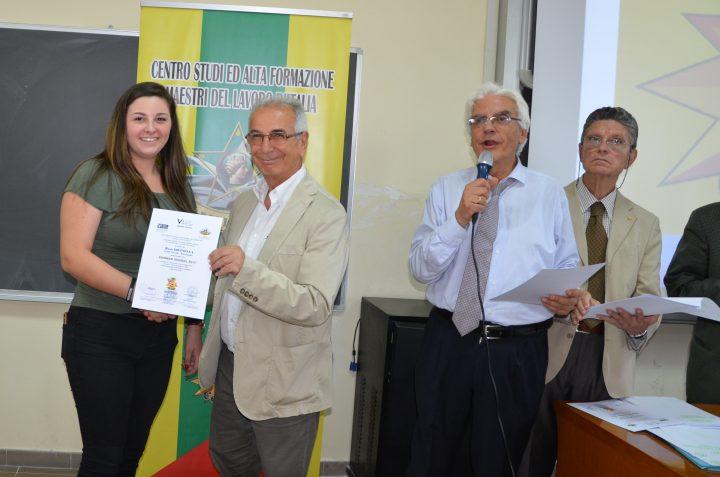 L'ing. Tutore consegna attestato di partecipazione alla Summer school 2017 con L'UNICAMPANIA
